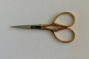 "S9353 3½"" Bexfield Lions Tail Embroidery Scissor – Gilt Bows"